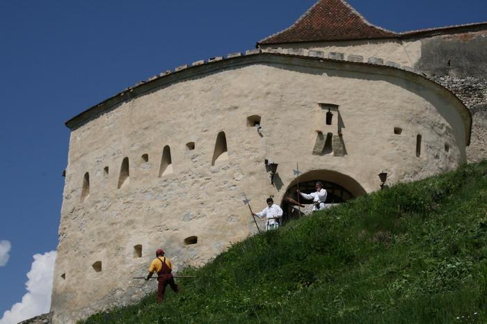 Prin cetati si castele de sub munte